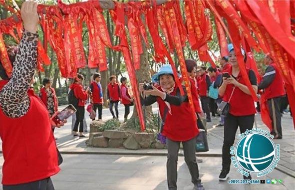 مهمترین جشن های رسمی تقویم چین ،جشن نیمه پاییز ،جشن ماه ،مراسم کینگ مینگ ،جشن چان یانگ ،مراسم جشن چان یانگ ،جشن فانوس و قایق اژدها ،رقص اژدها ،آداب برگزاری جشن اژدها ،آداب جشن اژدها ،جشن قایق اژدها ،آداب جشن اژدها ،مراسم جشن اژدها ،جشن بهاری یا جشن سال نو چینی ،مراسم جشن سال نو در چین ،آداب و رسوم سال نو در چین ،آداب برگزاری جشن سال نو در چین ،مراسم خاص جشن سال نو چینی ،جشن بهاری در چین ،جشن های رسمی چین ،تعطیلات عمومی و رسمی چین ،تقویم چین ،تقویم رسمی چین ،تقویم ملی چین ،تعطیلات رسمی چین ،مهمترین تعطیلات چینی ها ،تعطیلات سال نو چینی ،آغاز سال نو چینی ها ،جشن نیمه پاییز چینی ها ،جشن قایق اژدهای چینی ها ،مهمترین تعطیلات سال نو در چین ،مناسبت های رسمی چین ،مناسبت های چین ،نمایشگاه فناوری اطلاعات و ارتباطات چین ،جشنواره برگهای قرمز تپه های معطر،نمایشگاه گل داوودی ،نمایشگاه گل پکن ،نمایشگاه خودرو پکن ،نمایشگاه بین المللی خودرو در پکن ،هفته مد چین ،جشنواره های فرهنگی ،جشنواره بین المللی هنر ،جشنواره بین المللی موزیک ،جشنواره فرهنگ گردشگری پکن ،جشنواره ی هنر مدرن پکن ،جشنواره های مهم پکن ،رویدادهای فرهنگی ،مناسبت ها و رویدادهای مهم ،جشنواره برف و یخ دره لانگ کینگ ،جشنواره برف و یخ پکن ،جشنواره فیلم پکن ،جشنواره دانشجویی فیلم پکن ،جشنواره بین المللی فیلم پکن ،جشنواره های مهم پکن ،مجسمه های یخی پکن ،مجسمه های یخی چین ،رستوران های ایرانی پکن ،رستوران رامی ،معروفترین رستوران ایرانی پکن ،رستوران های ایرانی چین ،رستوران چینی با غذای ایرانی ،غذای ایرانی در چین ،رستوران های چین ،محبوبترین رستوران ایرانی در پکن ،غذای ایرانی در پکن ،انواع نوشیدنی های چین ،چای چین ،انواع چای چین ،نوشیدنی چینی ،نوشیدنی های چین ،دمنوش های چینی ،دمنوش های وارداتی از چین ،واردات دمنوش از چین ،چای سبز چین ،چای سبز چینی ،گان پادرتی ،جاسمین تی ،قهوه چینی ،خوراک مسلمانان چین ،غذاهای خاص مسلمانان پکن ،لامیان ،چانر ،سوپ نودل ،سوپ نودل با گوشت گاو ،سوان سی ،غذای سنتی چین ،نانگ ،انواع غذاهای خاص مسلمانان چین ،میان وعده های چینی ،پنکیک مرزه ،انواع پنکیک ،انواع پنکیک چینی ،میوه های شکراندود ،خیابان گوجی پکن ،انواع میان وعده ی چینی ،محبوبترین غذاهای چین ،قابلمه داغ ،رستوران مسلمانان پکن ،فولینگ جیایینگ ،اردک کبابی